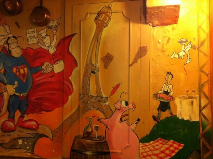 Nas paredes, desenhos e caricaturas do chef
