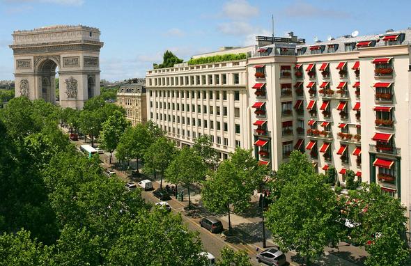 O hotel fica a dois quarteirões do Arco do Triunfo