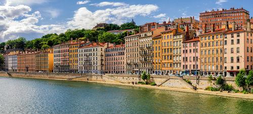 Prédios às margens do Rio Saône, em Lyon. Foto: Shutterstock