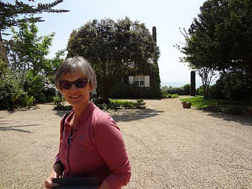 Marcia diante do Cottage Les Rimains