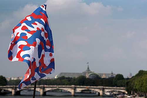 As bandeiras da passarela Léopold Sédar Senghor