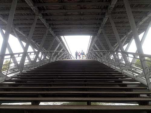 Ponte entre Jardim Tuileries e novas margens do Sena