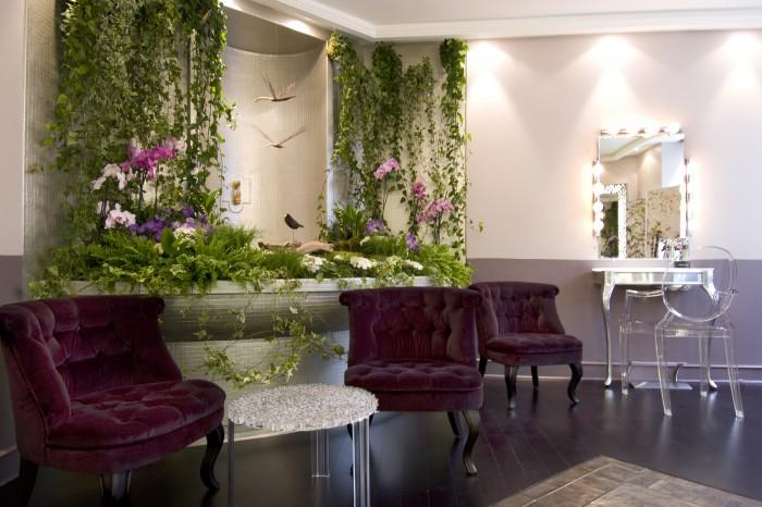A decoração do salão foi pensada por Delphine para ser um ambiente intimista e acolhedor