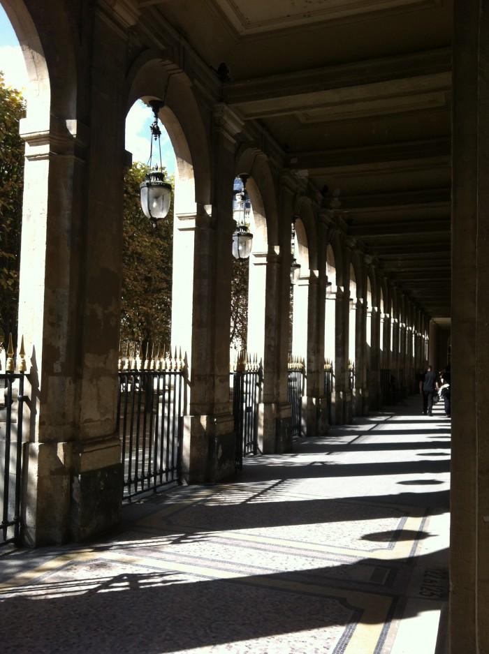 As galerias que circundam o jardim do Palais Royal