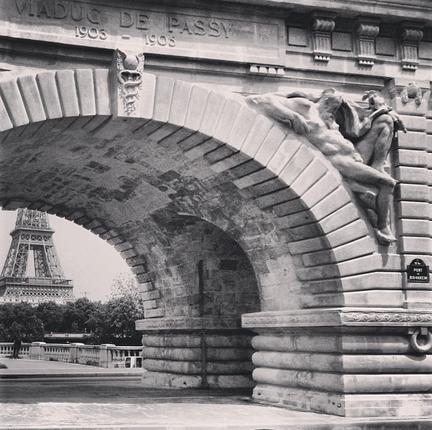 A Torre Eiffel emoldurada pela Pont de Bir Hakeim