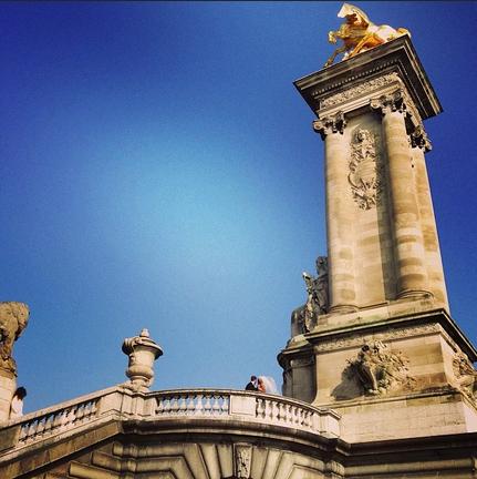 Noivos posam para fotógrafo na Pont Alexandre III