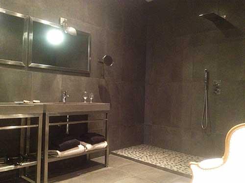 Banheiro de pedra cinza, imensa ducha italiana