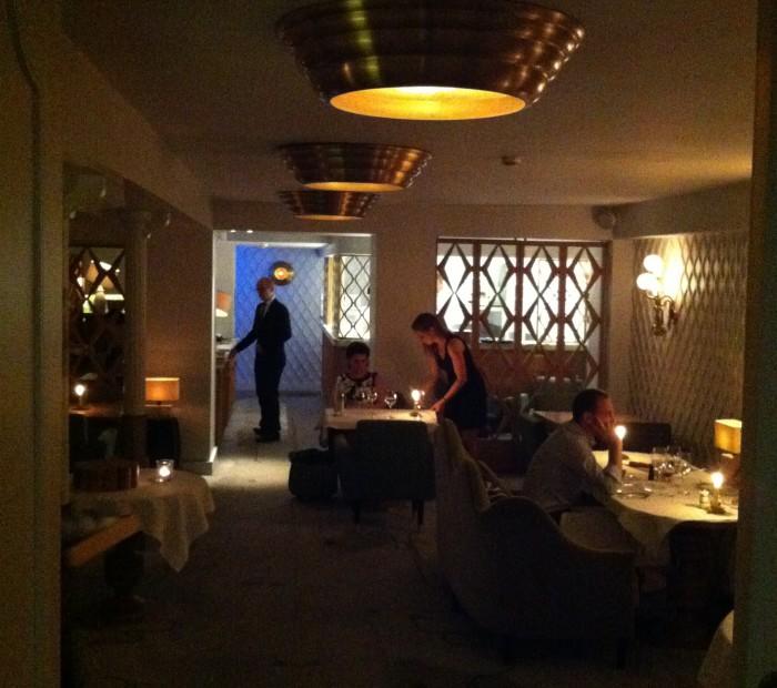 O pequeno e intimista salão do restaurante Jean François Piège