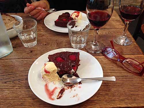 Minha sobremesa: bolo/creme de chocolate com framboesas e sorteve
