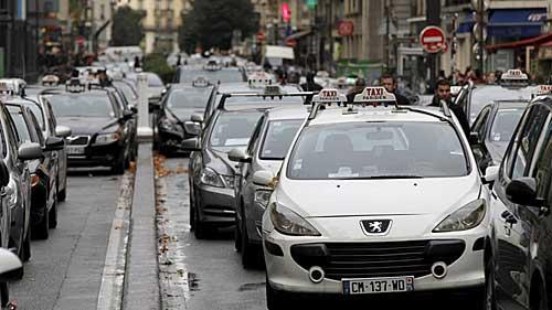 Taxistas bloqueando uma rua de Paris