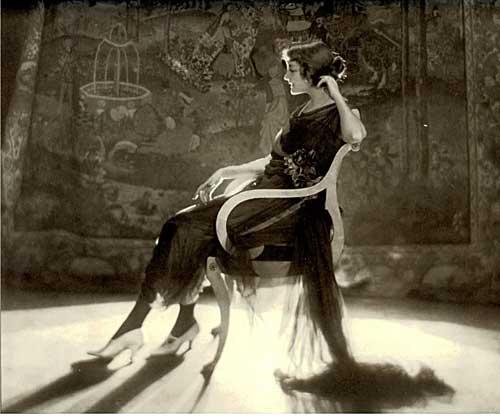 baron Adolf de Meyer (1868-1946)Vogue américain, février 1921 L'actrice Jeanne Eagels. Robe Chéruit Tirage gélatino-argentique d'époque Archives Condé Nast, New York