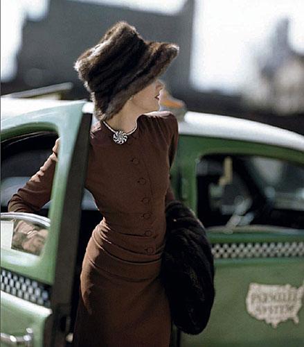 Constantin Joffé (1911-1992)Vogue américain, septembre 1945 Robe conçue par Vogue, patron nº 261, bijoux JohnRubel, manchon Gunther, chapeau John Frederics Impression à jet d'encre d'après ektachrome originalArchives Condé Nast, New York