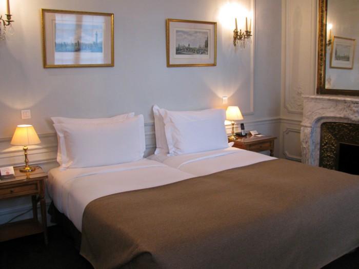 Detalhe de um dos quartos: lareira e décor tipicamente francês
