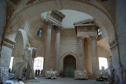Depósito de esculturas que pertecem ao Louvre