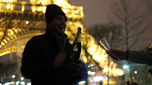 Champanhe aos pés da Torre Eiffel