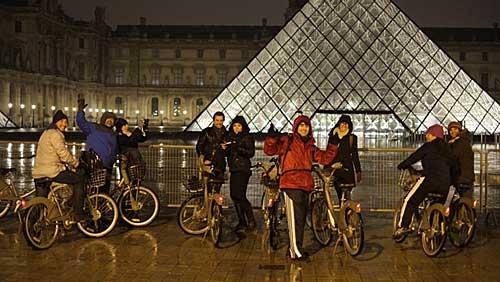 Paris iluminada e vazia