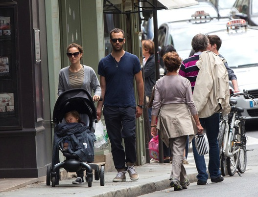 Natalie Portman e a família em Paris