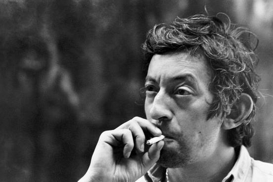 Serge Gainsbourg e seu inseparável cigarro. Foto de  Tony Frank
