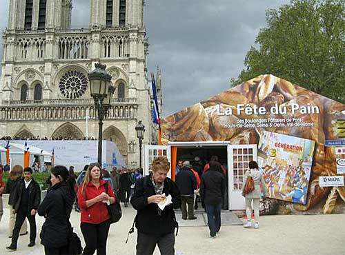 Festa do pão na frente da Notre Dame