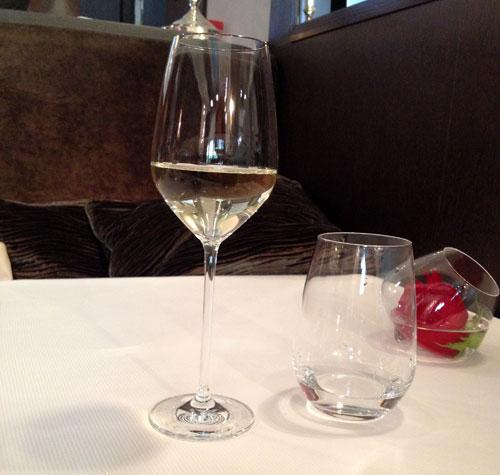 Entrada e vinho branco