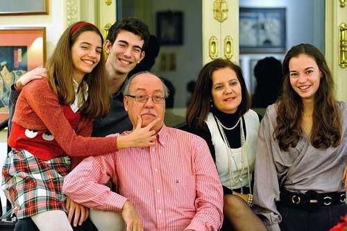 A equipe do Olá Barcelona: o casal e seus filhos