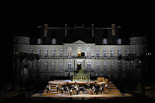 Espetáculo ao ar livre diante de castelos