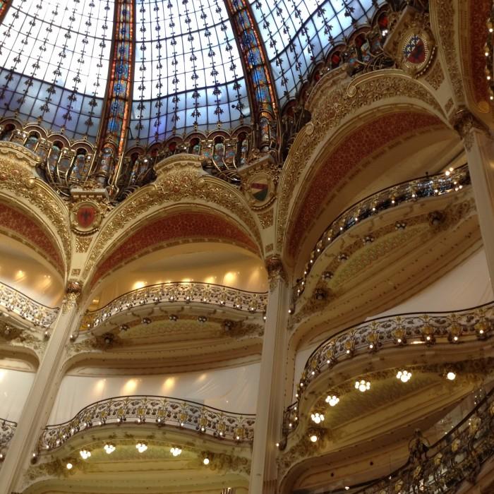 O interior da Galeries Lafayette: cúpula Art-Nouveau é classificada monumento histórico francês