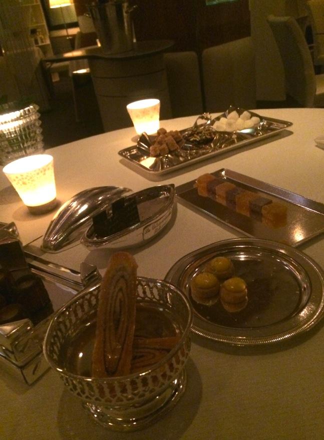 """As """"mignardises"""", o mix de doces tradicionais franceses em pequenas porções."""