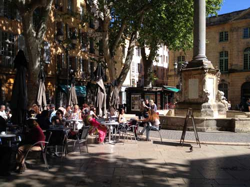 Cidade alegre, cheia de cafés lotados de estudantes