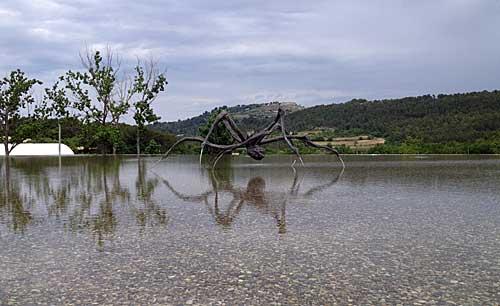 Entrada do Château La Coste: plano de água com escultura de Louise Bourgeois