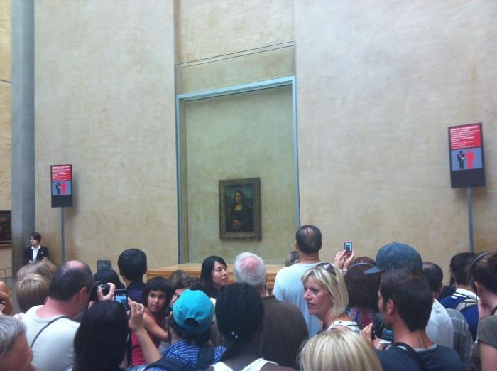 Multidão em torno da Mona Lisa. Com a visita guiada, entendemos a real importância desta tela, que é a mais famosa obra-prima do Museu.