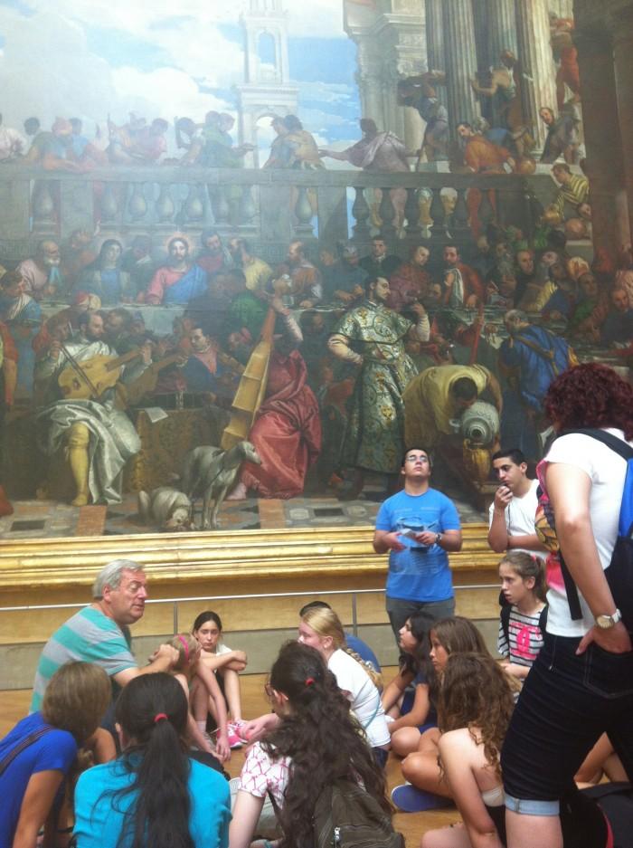 Assim como este grupe de crianças, paramos em frente à enorme tela para descobrir os detalhes da Bodas da Caná, pintado por Paolo Veronese.