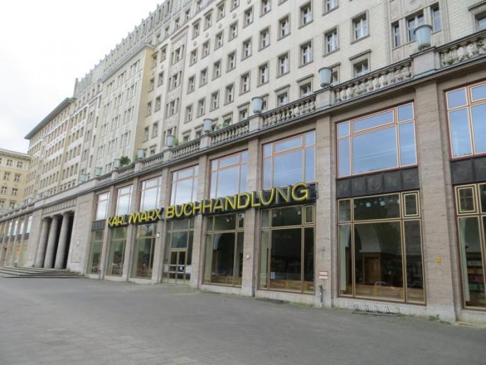 A livraria (hoje abandonada) também chamada Karl Marx, na Karl Marx Allee, na ex-Berlim Oriental