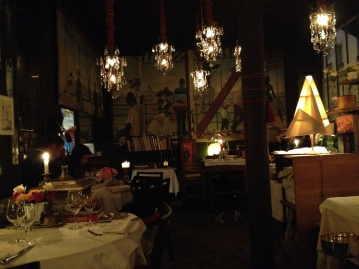 O pequeno salão do restaurante
