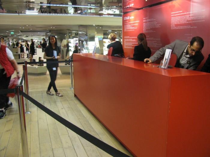 Espaço de détaxe da Galeries Lafayette, com atendentes que falam português.