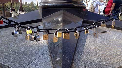 Cadeados pendurados na corrente de proteção do monumento acima
