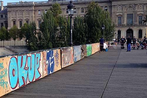 Operáros trocam a proteção da Pont des Arts