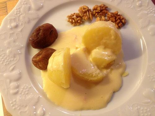 Mont d'or derretido com batatas, figos secos e nozes
