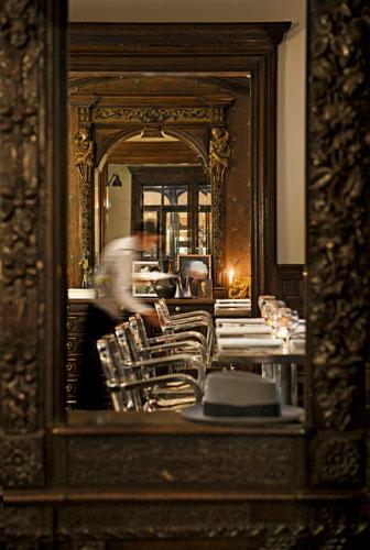 Salas cobertas por painéis de madeira antiga