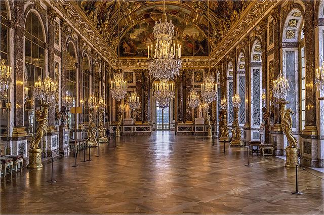 A Galeria dos Espelhos, dentro do castelo.