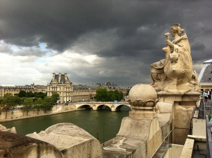 Vista do museu do Louvre a partir do terraço do Museu d'Orsay