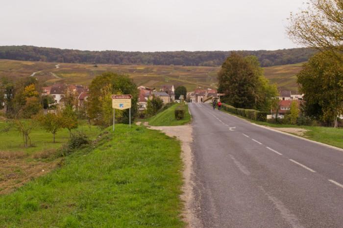 Estrada compartilhada entre carros e bicicletas no trajeto entre Dormans e Reims