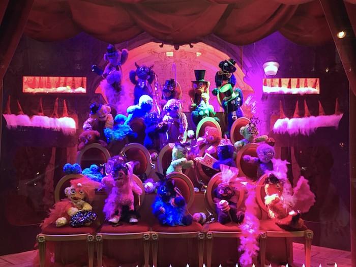 Os monstros divertidos nas vitrines da GL
