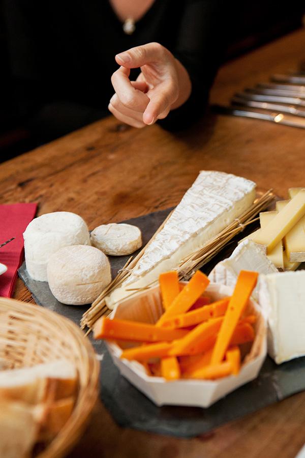 Karen indica a ordem correta para degustação dos queijos.