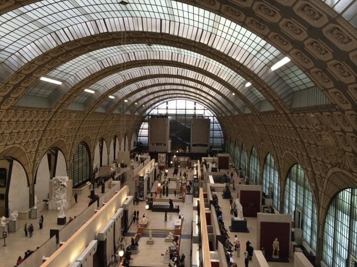 A parte de dentro do museu com teto em vidro