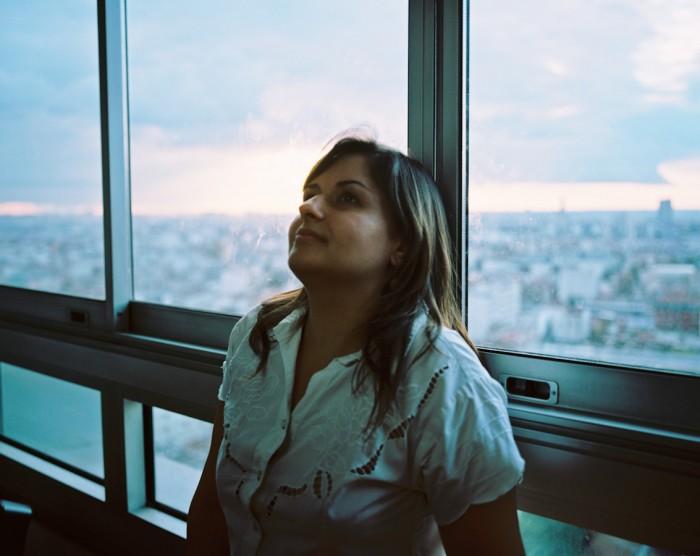 Dani, em sua casa que tem uma vista incrível de Paris