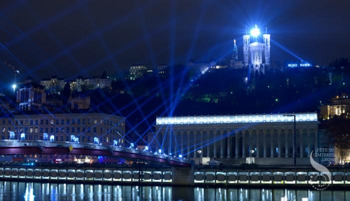 Um enorme globo de boate iluminou a Basílica de Notre-Dame de Fouvières.