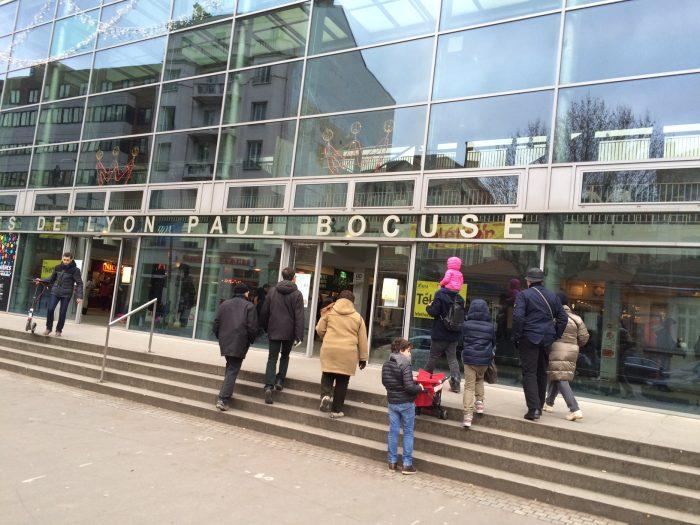 Entrada do mercado Les Halles de Lyon Paul Bocuse. O nome é uma homenagem ao mais fomoso chef da cidade.