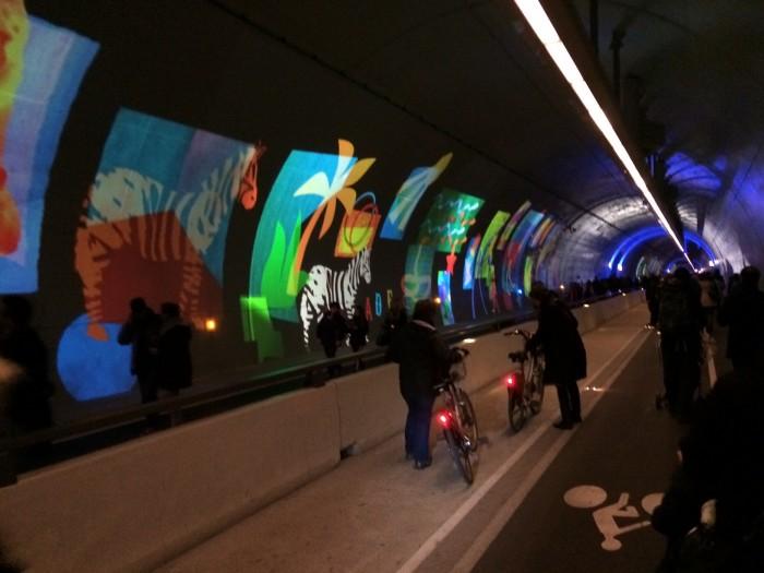 Instalação de luz dentro do túnel de quase dois quilômetros no centro da cidade