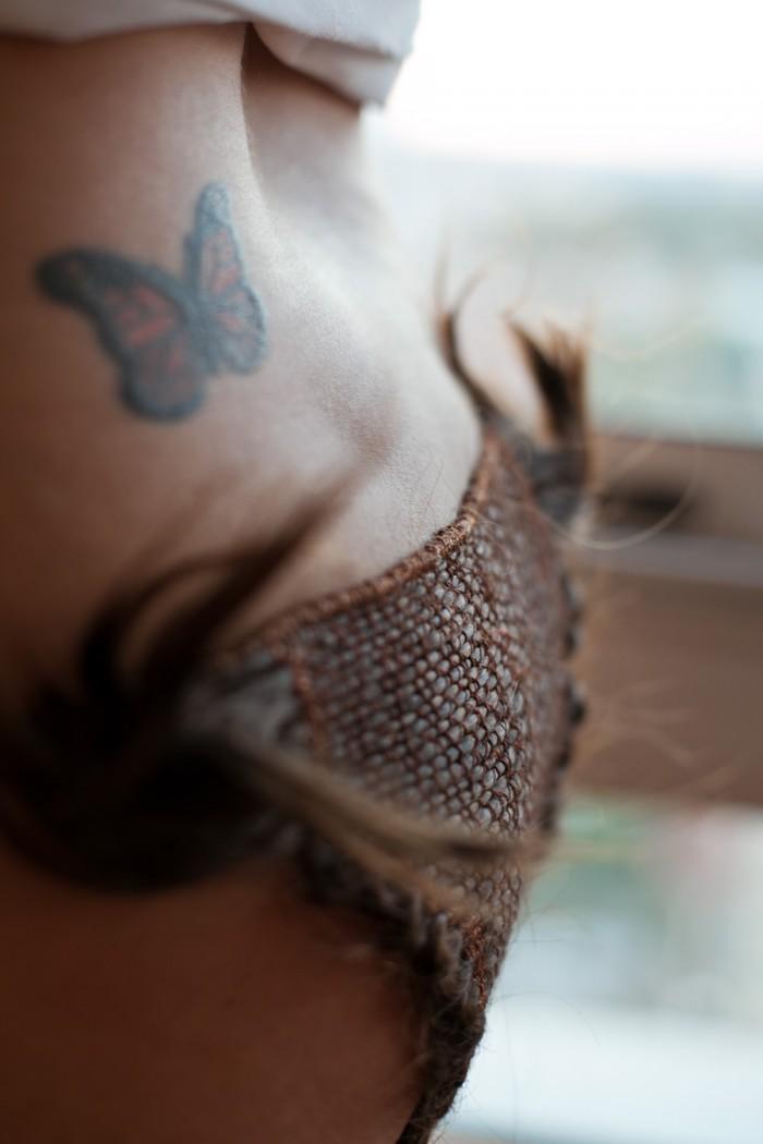 Calcinha tecida com fios de cabelo, obra da artista